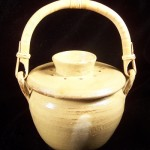 Tan compost crock with bamboo handle